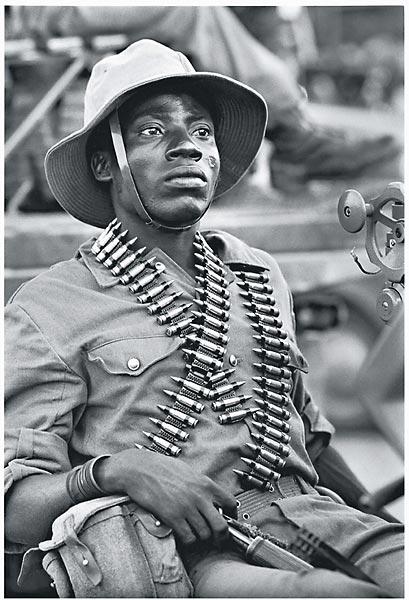 Soldaten der FNLA im Kampf gegen kubanische Truppen, um den Luftwaffenstützpunkt Camabatela zu schützen. Nördliches Angola, 1975.