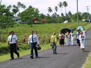 Samoaner_auf_dem_Weg_zum_Gottesdienst.JPG