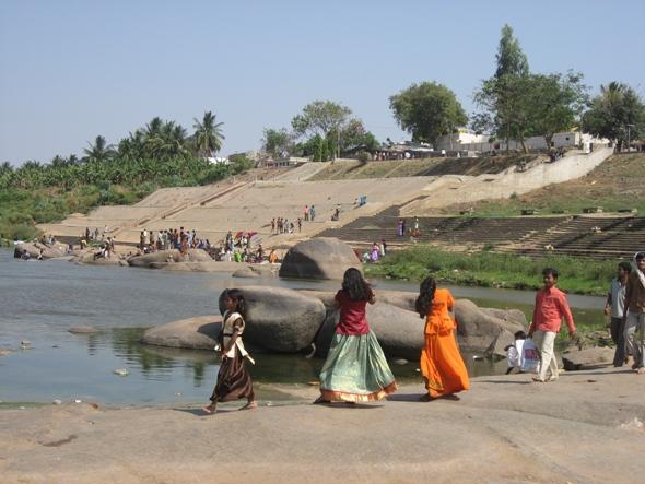 Langer Weg zum Wohlstand: Frauen beim Wäschewaschen