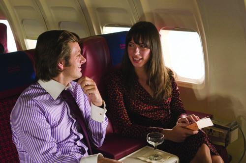 Annäherung über den Wolken: David Frost (Michael Sheen) flirtet mit Caroline Cushing (Rebecca Hall).