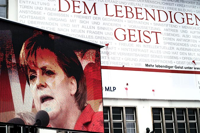 """Ein Wahlkampfabschluss mit Bildungsanspruch: Merkel referiert über DDR-Geschichte, die Marketingkampagne der Heidelberger Uni lobt den """"Lebendigen Geist""""."""