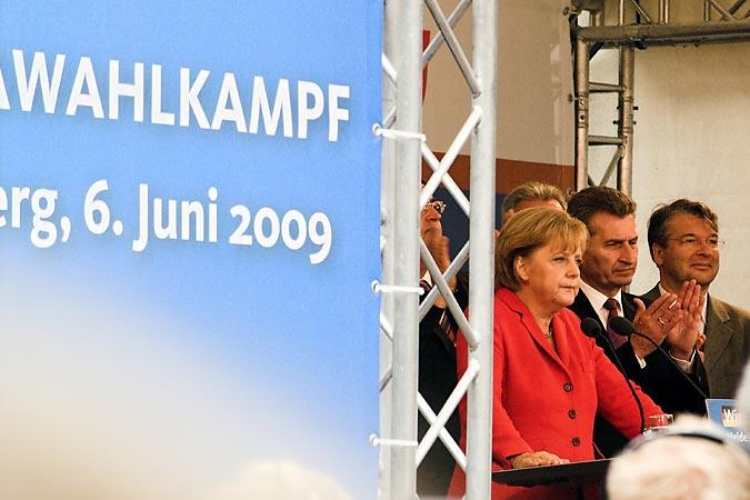 Ein bisschen brummig, aber farbenfroh: Die Kanzlerin im roten Blazer neben Ministerpräsident Günther Oettinger und CDU-Lokalpolitiker Jan Gradl
