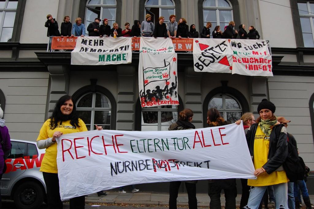 Zwei Nürnberger Studentinnen vor dem besetzten Leipziger Rektorat