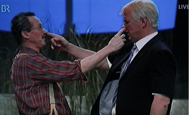 """Uli Bauer als Christian Ude und Wolfgang Krebs als Horst Seehofer: """"Wenn das der ist steck ich ihm meinen Finger in die Nase!"""""""