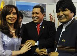 Chávez gilt als Ziehvater linker Regierungen in der Region(hier zu sehen mit Argentiniens Präsidentin Christina Kirchner und Boliviens Präsident Evo Morales)