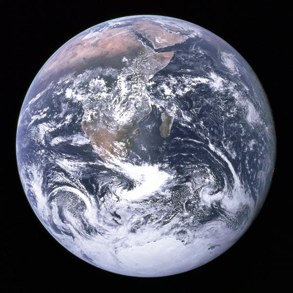 """Das weltberühmte Foto """"Blue Marble"""", das auf dem Hinflug zum Mond von Apollo 17 geschossen wurde, wurde in den 1970er Jahren im Rahmen der Umweltschutzbewegung benutzt."""