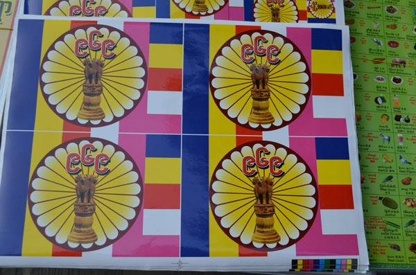 In einem Geschäft in Rangun liegen mehrere Sticker der 969-Bewegung aus.