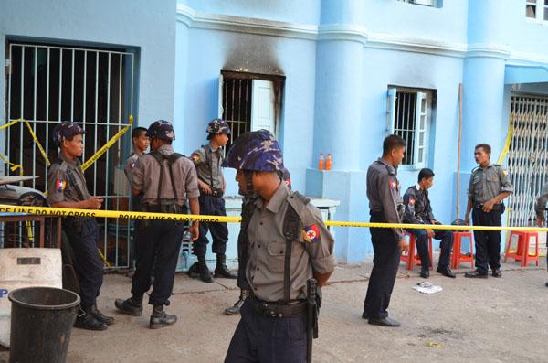 Burmanische Sicherheitskräfte sperren eine muslimische Einrichtung nach einem Anschlag ab. (Rangun - 01.04.2013)