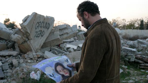 """Filmstill aus Ziad Doueiris Verfilmung """"The Attack"""" nach Yasmina Khadras """"Die Attentäterin""""."""