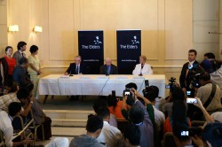 Ungeahnt hoher Besuch im Strand Hotel Rangun: Ahtisaari, Carter und Brundtland (v.l.)