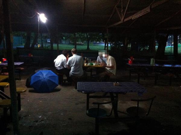Das Geheime Treffen in der Nähe des Inya-Sees. Öffentlich ist dies derzeit nicht möglich. Tin Htut Paing sitzt links am Tisch.