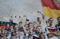 Ein Ausschnitt eines Werbeplakats: Die DFB-Spieler präsentieren sich und ihre Trikots
