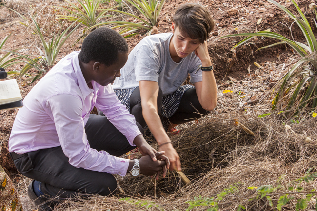 Deodatus Vedasto (MAVUNO) und Ariane Krause (TU Berlin) beraten über den Terra Preta Kompost