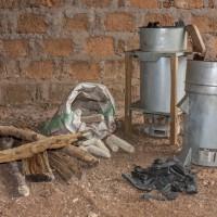 Ein Mikrovergaser, der mit Maiskolben oder Holz befeuert wird