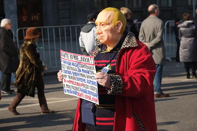 Ein Demonstrant protestiert im April 2014 in Moskau gegen die Verbreitung von Propaganda in den Massenmedien.