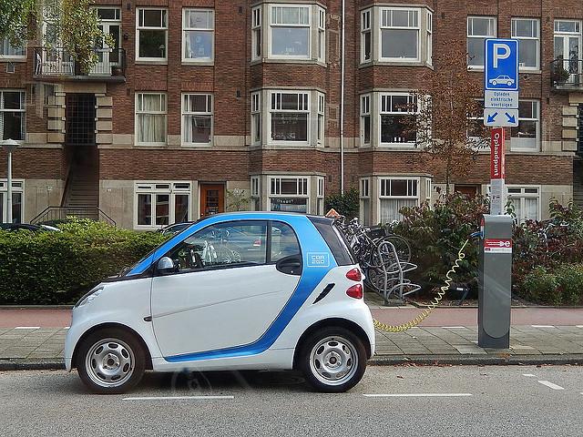 Elektrisches Auto an Ladestation