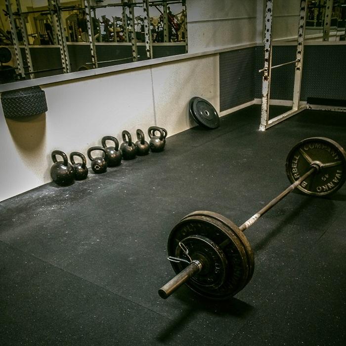 Das Trainieren an Langhanteln ist nur eine von vielen Möglichkeiten, die CrossFit bietet.